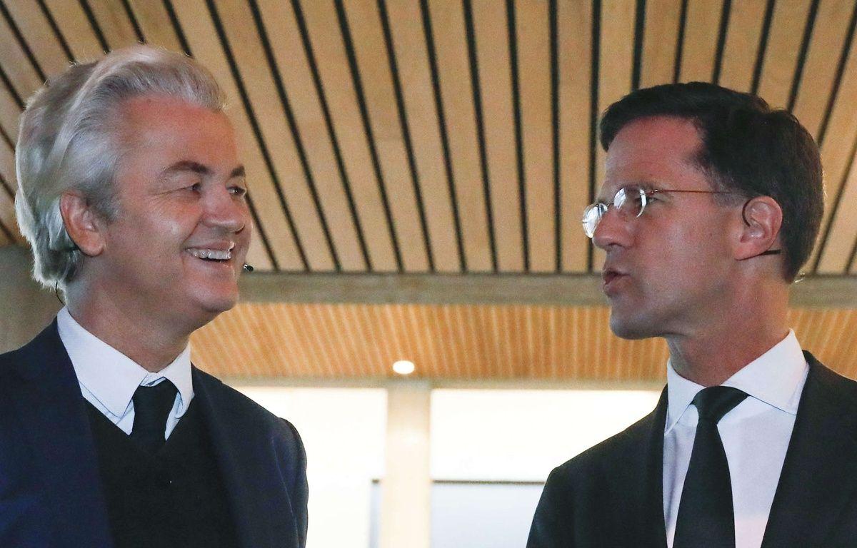 Le Premier ministre Mark Rutte et le populiste Geert Wilders, tous deux candidats aux élections législatives au Pays-Bas, discutent avant le débat diffusé à la télévision, le 13 mars 2017.  – Yves Herman