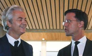 Le Premier ministre Mark Rutte et le populiste Geert Wilders, tous deux candidats aux élections législatives au Pays-Bas, discutent avant le débat diffusé à la télévision, le 13 mars 2017.