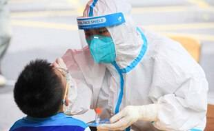 Un patient testé contre le Covid-19 en Chine.