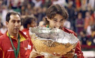 Le tennisman, Rafael Nadal, croquant le trophée de la Coupe Davis, le 6 décembre 2009 à Barcelone.