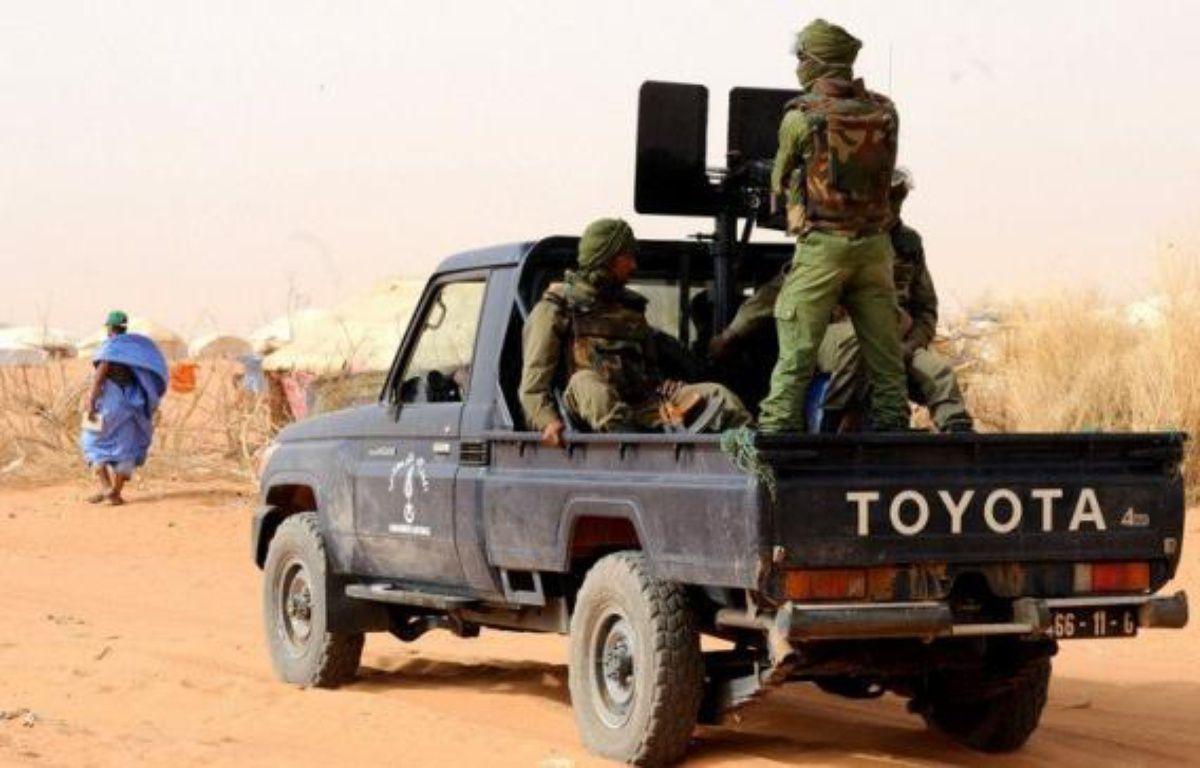 """Des enquêteurs désignés par le gouvernement malien se sont rendus lundi dans la zone de la mystérieuse fusillade ayant fait 16 morts, dont huit Mauritaniens, et suscité la colère de la Mauritanie qui a dénoncé un """"assassinat collectif"""" et exigé une enquête indépendante. – Abdelhak Senna afp.com"""