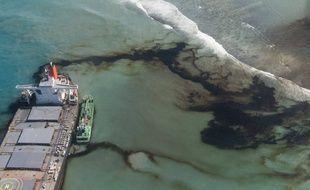 Du carburant s'échappait encore  du MV Wakashio le 11 août.