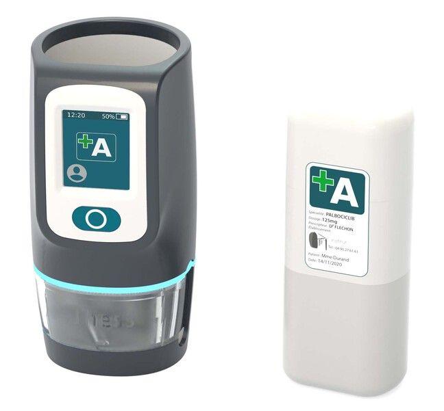 Aquí a la izquierda está el dispensador de medicamentos Thess y a la derecha hay un frasco de medicamentos, un tubo que se inserta en el estuche de medicamentos inteligente.