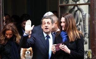 Le président-candidat de l'UMP Nicolas Sarkozy a voté dimanche vers 11H45 dans un lycée du XVIe arrondissement de Paris pour le premier tour de l'élection présidentielle, en compagnie de son épouse Carla Bruni-Sarkozy.