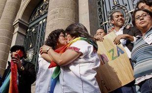 Un couple lesbien s'embrasse alors que la ville de Mexico vient d'autoriser le mariage de personnes de même sexe, le 21décembre 2009.