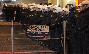 Des policiers font face à des presonnes manifestant contre la tenue du bal de l'extrême droite à Vienne, le 30 janvier 2015