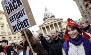 """Jeudi, environ 400 chercheurs en grève, réunis en assemblée générale à Paris, ont aussi exigé le maintien du CNRS en tant qu'""""opérateur de recherche"""", s'opposant au projet de le transformer en simple agence de moyens."""