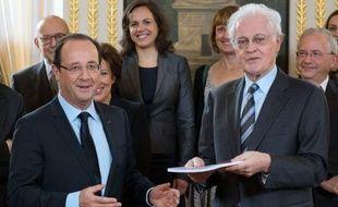 """Le président François Hollande a fait savoir vendredi que le parlement serait saisi début 2013 d'un train de réformes institutionnelles mettant en musique le rapport Jospin, façon de marquer que le changement est bien à l'ordre du jour après l'annonce cette semaine du """"pacte de compétitivité""""."""