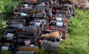 Environ 340 bouteilles remplies d'urine ont été découvertes dans un talus dimanche à Lorient.