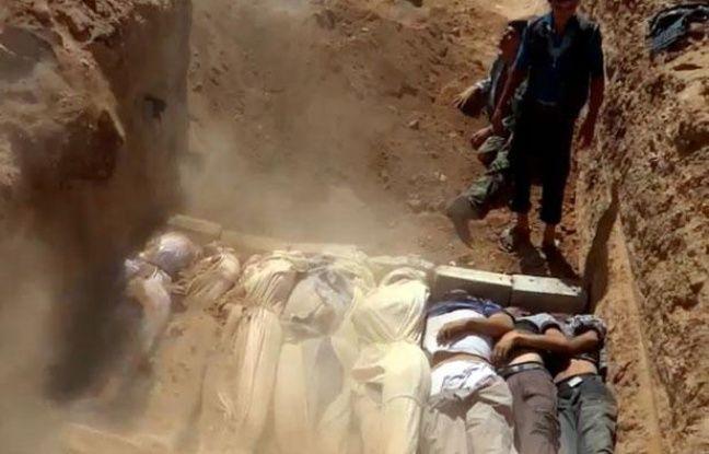 Capture d'écran d'une image mise en ligne le 21 août 2013 sur YouTube montrant les corps de Syriens sur le point d'être enterrés.