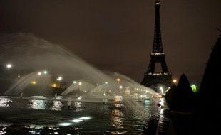 La Tour Eiffel éteinte après les attentats à Paris, le 14 novembre 2015.