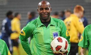 L'arbitre de football, Silas Billong, ancien joueur pro de Brest et Reims.