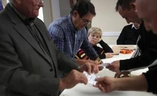 Dépouillement dans un bureau de vote d'Ortaffa (Pyrénées-Orientales), au soir du premier tour des élections départementales, le 22 mars 2015
