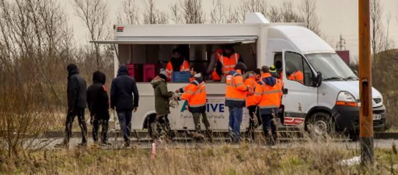 Des migrants font la queue lors d'une distribution de nourriture à Calais.
