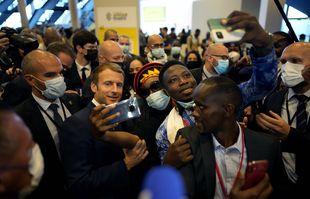 Le président français, Emmanuel Macron, arrive pour un sommet africain, à Montpellier, dans le sud de la France, le vendredi 8 octobre 2021.