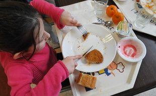 Un enfant en plein repas «bio», dans un cantine scolaire de la ville de Clamart (Hauts-de-Seine), en 2011.
