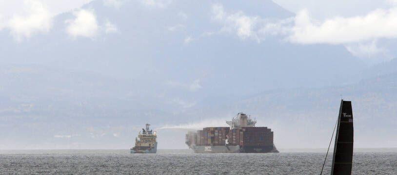Des navires s'efforcent de maîtriser un incendie à bord du «Zim Kingston» à environ 8 km du rivage à Victoria, en Colombie-Britannique, le dimanche 24 octobre 2021.