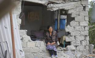 Une femme assise sur les ruines de sa maison dans la ville de Terter en Azerbaïdjan.