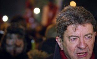 """Jean-Luc Mélenchon (Front de gauche) a ironisé mardi sur le """"suspense haletant"""" autour de la candidature de Nicolas Sarkozy, disant vouloir se """"débarrasser de ce poids qui nous oppresse"""" pour pouvoir passer au bilan de son quinquennat."""