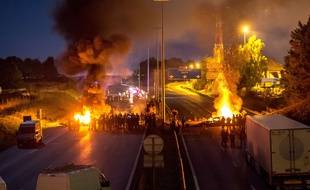Le 28 août 2015 au soir, des manifestants bloquent l'autoroute A1 au niveau de Roye (Somme).