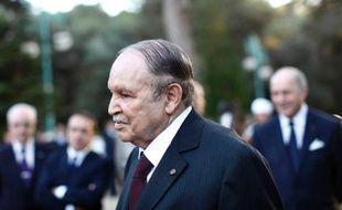"""L'état de santé du président algérien Abdelaziz Bouteflika, ramené lundi à Paris pour un """"contrôle de routine"""", suscite interrogations et inquiétude sur sa capacité à convoquer rapidement le corps électoral pour permettre l'élection d'un chef de l'État en avril."""