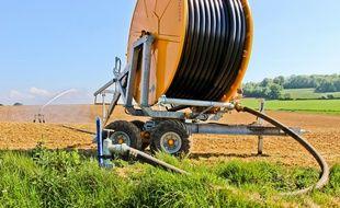 Un système d'irrigation dans un champ. Illustration.