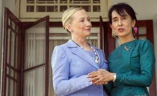 Les Etats-Unis ont annoncé la levée de sanctions interdisant l'exportation en Birmanie de certains services financiers, et ont autorisé ainsi ceux à visée humanitaire, démocratique, éducative, sociale et sanitaire, sportive ou religieuse.
