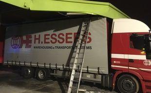 Le camion s'est encastré sous le auvent d'une station-service du sud de l'agglomération strasbourgeoise.