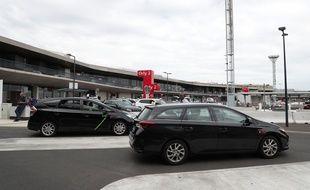 Des taxis patientent à l'aéroport d'Orly, en août 2020.