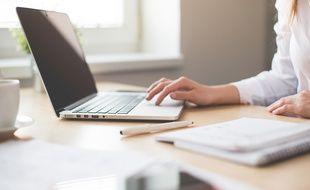 Illustration d'une femme travaillant sur son ordinateur.