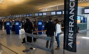 Plusieurs centaines de sans-papiers ont dénoncé les pressions dont sont victimes les membres du personnel d'Air France qui sont opposés aux expulsions.