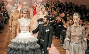 Le couturier Français Alexis Mabille vient saluer le public à la fin de son défilé haute couture lundi 21 janvier.
