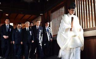 Des parlementaires japonais suivent un prêtre shintoïste lors d'une visite au sanctuaire Yasukuni de Tokyo, le 21 avril 2015, à l'approche du 70e anniversaire de la défaite du Japon à la fin de la Seconde Guerre mondiale
