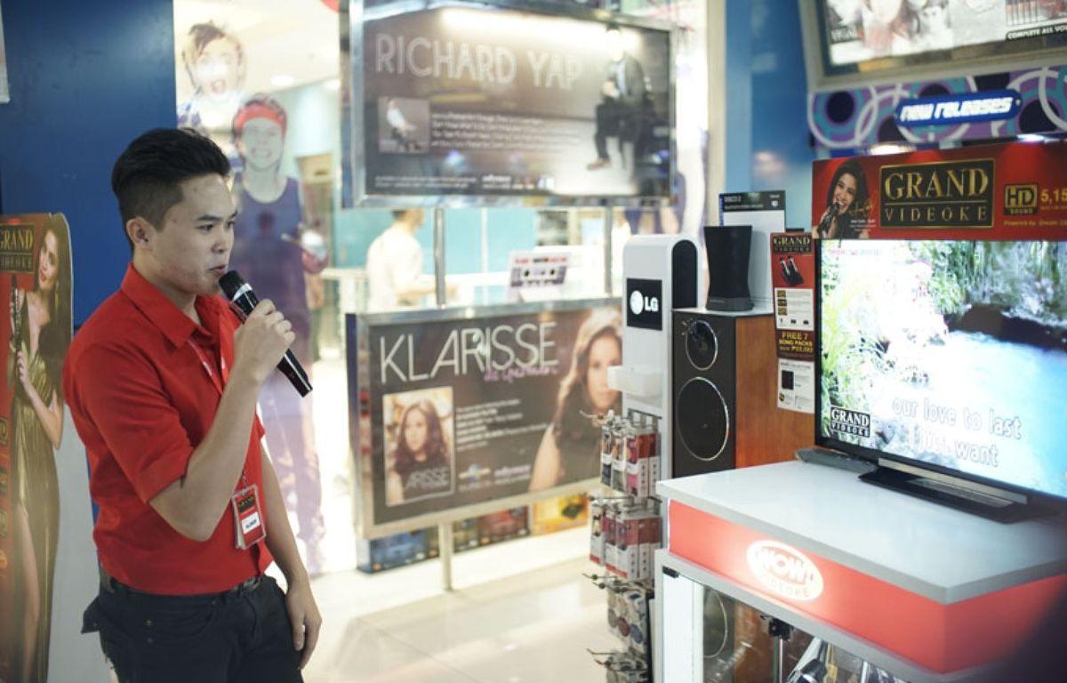 Extrait du documentaire «Karaoké, la machine enchantée». Un chanteur de karaoké dans un centre commercial de Manille aux Philippines. – Arte