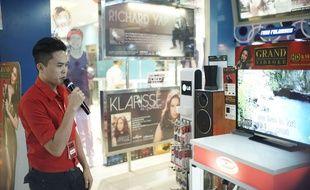 Extrait du documentaire «Karaoké, la machine enchantée». Un chanteur de karaoké dans un centre commercial de Manille aux Philippines.