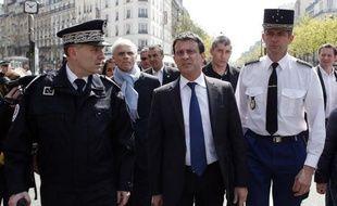 """Le ministre de l'Intérieur, Manuel Valls, a rendu hommage lundi soir aux deux policiers de la brigade anticriminalité (BAC) parisienne tués il y a deux mois par un chauffard indiquant qu'""""aucun laxisme ne saurait être toléré""""."""