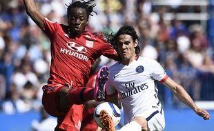 Bakary Koné à la lutte avec Edinson Cavani le 1er août 2015 lors de PSG-Lyon.