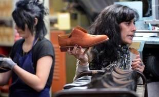 """L'entreprise iséroise Richard-Pontvert, fabricant des chaussures Paraboot, a très tôt fait le choix du """"made in France"""", un gage de qualité qui lui permet aujourd'hui de connaître un croissance florissante dans un secteur sinistré par les délocalisations."""