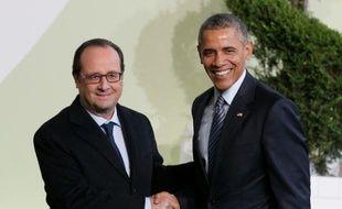Le président François Hollande accueille son homologue américain Barack Obama, le 30 novembre 2015, à son arrivée pour la COP21 au Bourget, près de Paris