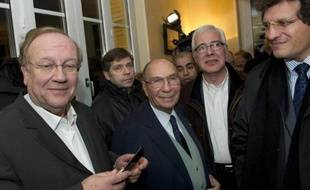 Perquisitions et garde à vue du maire de Corbeil-Essonnes, demande de levée d'immunité parlementaire de Serge Dassault: des enquêtes sur des soupçons d'achats de voix et de tentatives d'homicide qui pourraient y être liées mettent en difficulté l'industriel et son entourage.