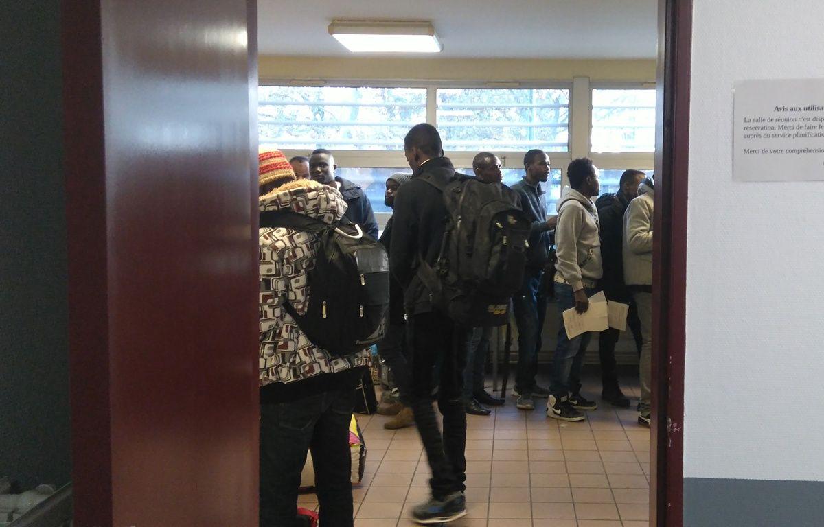 Les migrants de Doulon attendent dans un gymase après l'expulsion du squat – J. Urbach/ 20 Minutes