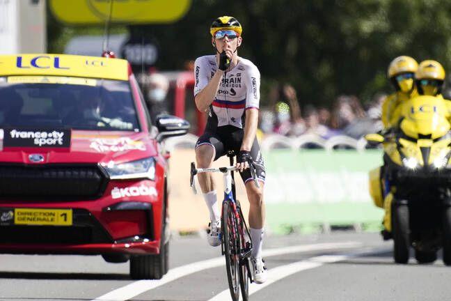 Le geste de Matej Mohoric sur la ligne d'arrivée.