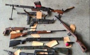 Près de 1.200 armes et des milliers de munitions ont été saisis ces derniers jours en régions parisienne et lyonnaise.