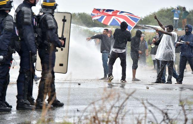 Des heurts ont éclaté samedi 1er octobre 2016 aux abords de la «Jungle» de Calais entre des forces de l'ordre et des migrants.