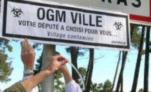 Des militants Greenpeace rebaptisent Gujan-Mestras (Gironde) «OGM Ville»
