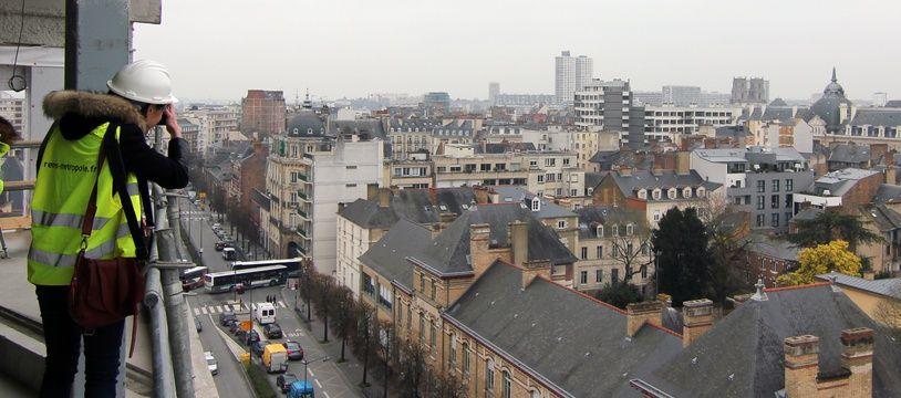 Illustration d'une personne sur les toits d'un bâtiment en construction à Rennes.
