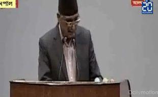 Un orateur parle à la tribune du parlement népalais quand la terre se met à trembler, le 12 mai 2015.