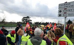 """Des """"gilets jaunes"""" et des militants de la CGT ont manifesté jeudi en marge de la venue d'Emmanuel Macron pour les voeux aux Armées."""