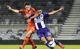 L'attaquant du TFC Wissam Ben Yedder (à droite) à la lutte avec le défenseur de Lorient Vincent Le Goff, lors du match de Ligue 1 au Stadium de Toulouse, le 5 décembre 2015.