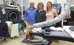 Nathalie et Franck Lucet (à g) pratiquent une méthode de lavage écologique dans leur pressing.